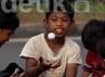 Pemandangan kontras antara mobil mewah dan kemiskinan anak jalanan.