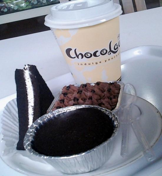 Semua menunya berbahan dasar cokelat. Tampak hot chocolate (Rp 12.000), chocolava (Rp 10.000), choco cream pudding (Rp 10.000), juga choco layer (Rp 5.000).