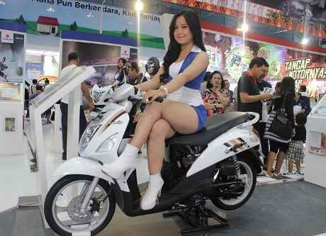 Si Cantik nan Seksi di Booth Pabrikan Motor