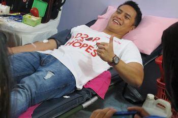 Ekspresi Choky Sitohang Saat Donor Darah untuk Pertama Kalinya