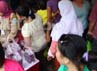 Puluhan warga memenuhi bazar sembako murah ini.