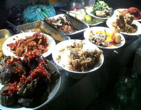 Jambak Laoi: Lontong Sayur Gurih Plus Ikan Bilis Renyah Di Pasar Mampang