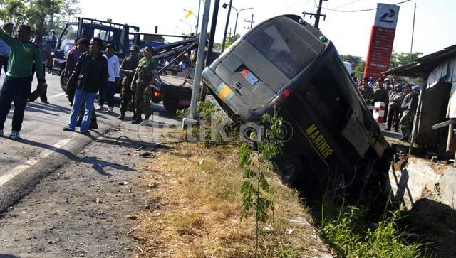 Minibus Marinir Tabrak Motor, Tiga Orang Tewas