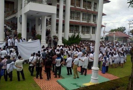 Tuntut dr Ayu Dibebaskan, Ratusan Dokter di Manado Unjuk Rasa