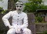 Patung sang penerbang Belanda yang lahir di Rembang, Pasuruan, itu beberapa bagian mengalami kerusakan.