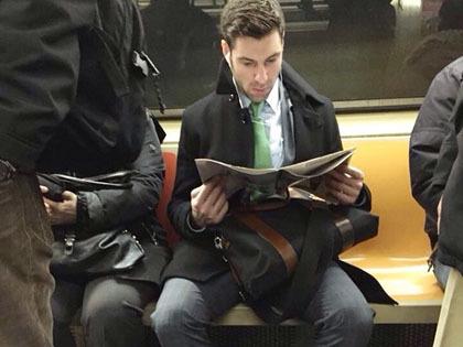 Foto Para Pria Tampan Baca Buku di Instagram Bikin Heboh Social Media