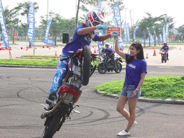Gadis Cantik Berdansa dengan Yamaha V-Ixion