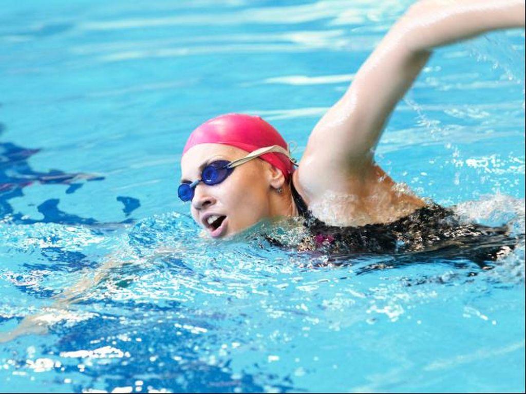 Telinga Kemasukan Air Saat Berenang, Bahaya Nggak Sih? Ini Kata Dokter