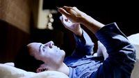 Jauhkan gadget dari tempat tidur. Keberadaan perangkat telekomunikasi tersebut memicu kegelisahan ketika muncul godaan untuk membuka dan mengecek pesan yang masuk, bahkan saat tidak ada notifikasi sekalipun. Selain itu, pancaran sinar dari layar gadget mengganggu produksi melatonin, yakni hormon pemicu rasa kantuk. (Foto: Thinkstock)