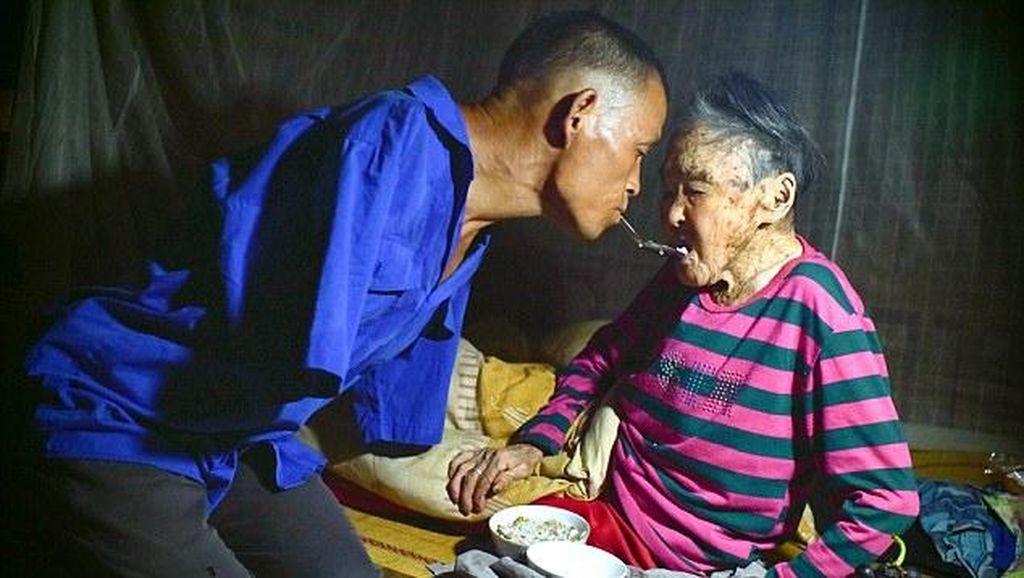 Keseharian Xinyin, Pria Tanpa Tangan Saat Mengurus Ibunya yang Lumpuh