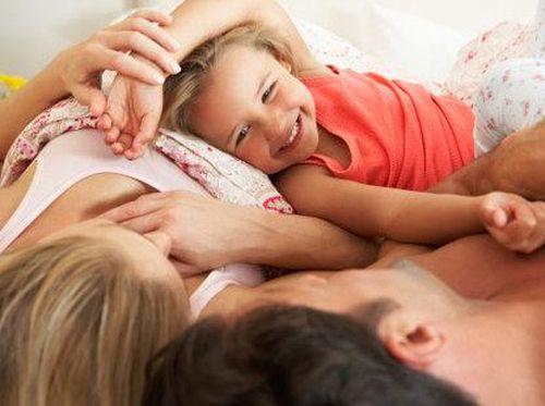 Dekatkan Bonding Orang Tua Dan Anak Dengan Bermain 'Siapa Cium', Mau Coba?