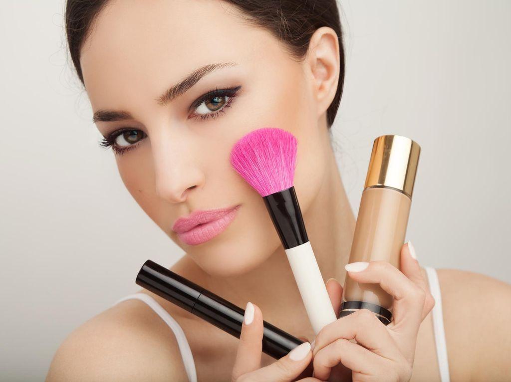 Khusus Kamu yang Tidak Bisa Pakai Eyeliner, Coba Pakai Alat Makeup Ini