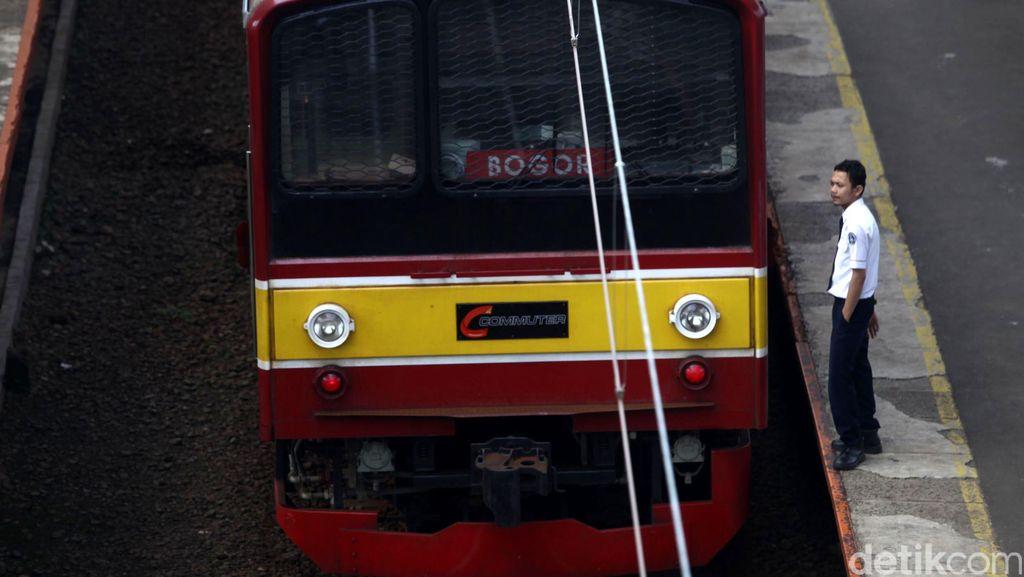 Mobil Tertabrak KRL di Perlintasan Cilebut Bogor