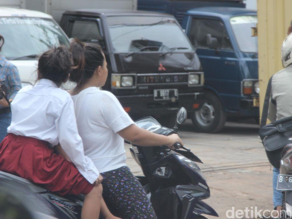 Ayo Ibu, Dipakai Helm Motornya