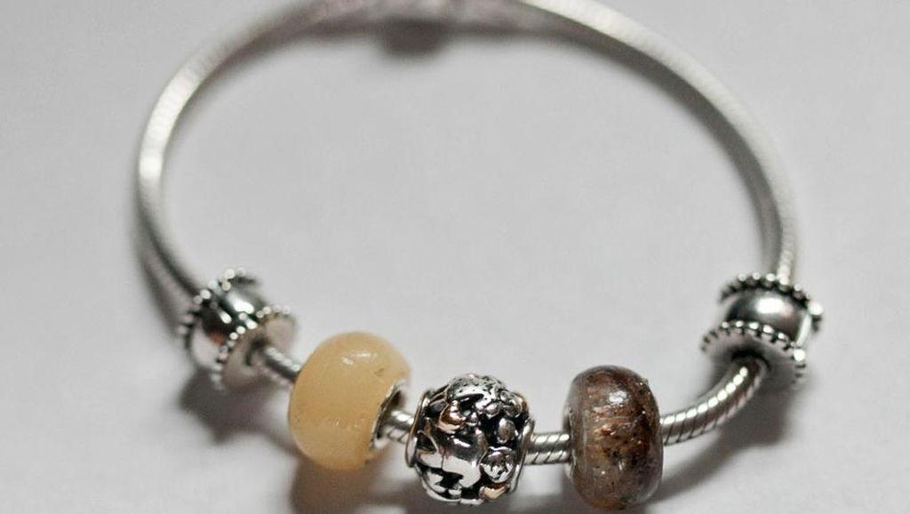 Bukan dari Emas atau Berlian, Perhiasan-perhiasan Ini Dibuat dari Air Susu Ibu