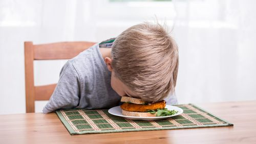 Ini Lho Alasannya Kenapa Anak Sebaiknya Tidak Makan Sambil Nonton Televisi