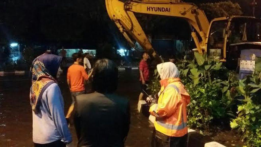Tanpa Bawa Payung, Wali Kota Risma Pantau Genangan Air
