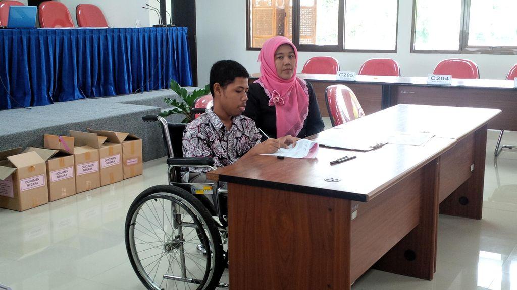 Semangat Fahmi, Juara Kedua Olimpiade Sains Nasional Ikuti SBMPTN di Kursi Roda