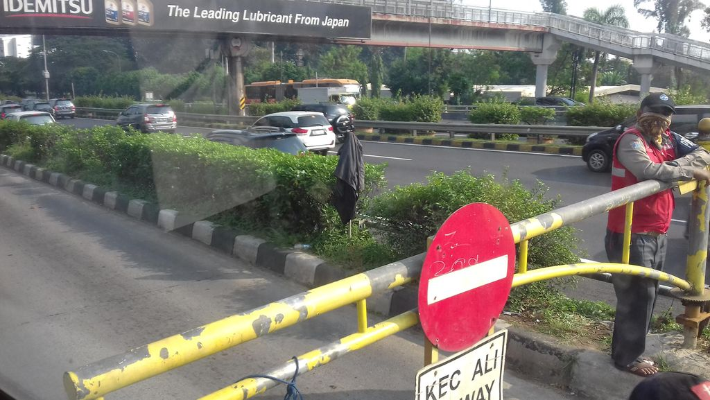 APTB Dilarang Masuk Jalur Bus TransJ, Penumpang Kebingungan