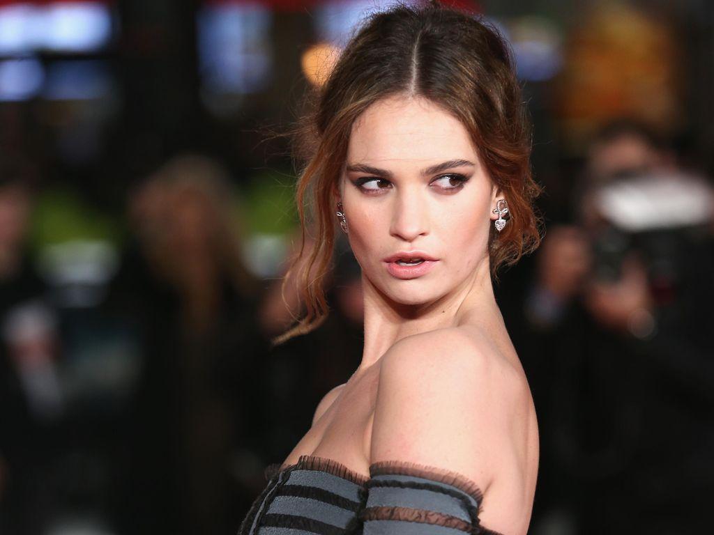 Aktris Lily James Suka Pakai Lipstik Merah, Tapi Benci Tidak Bisa Ciuman