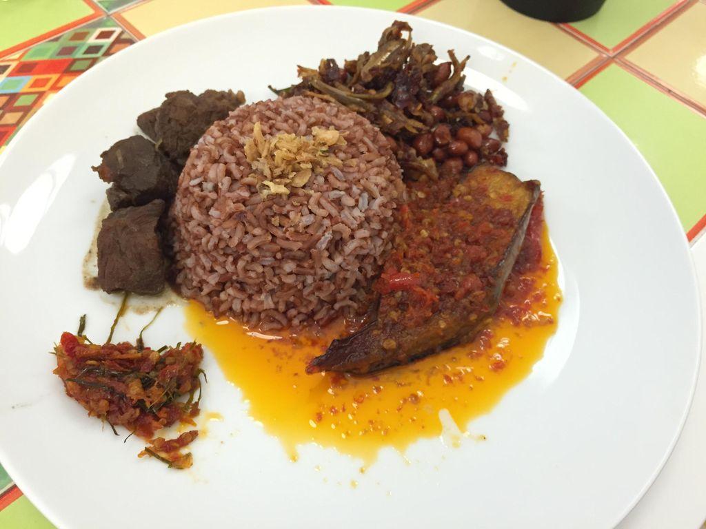 Sedapnya Racikan Nasi Rames dengan Semur Daging dan Telur Balado di Sini