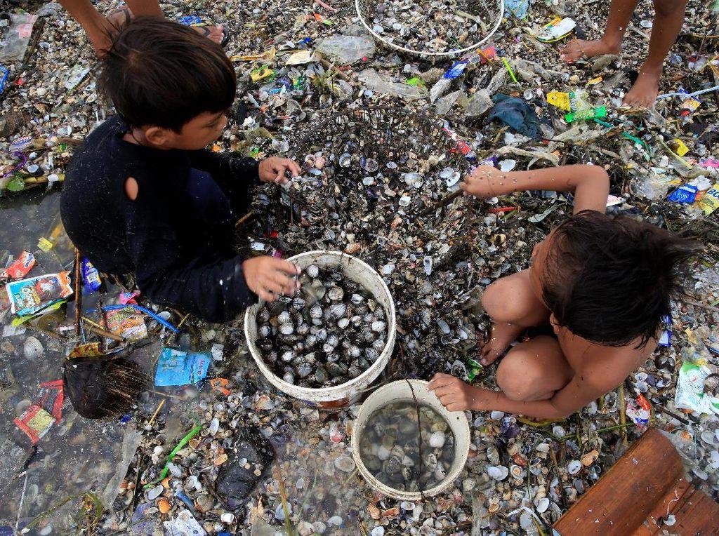 Warga Filipina Mengais Rezeki di Tengah Topan Haima