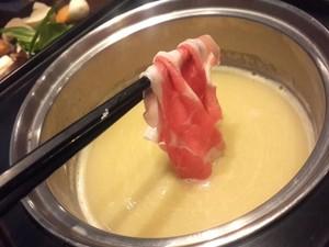 Menikmati Irisan Daging Lembut yang Dicelup dalam Kuah Kaldu yang Gurih Hangat
