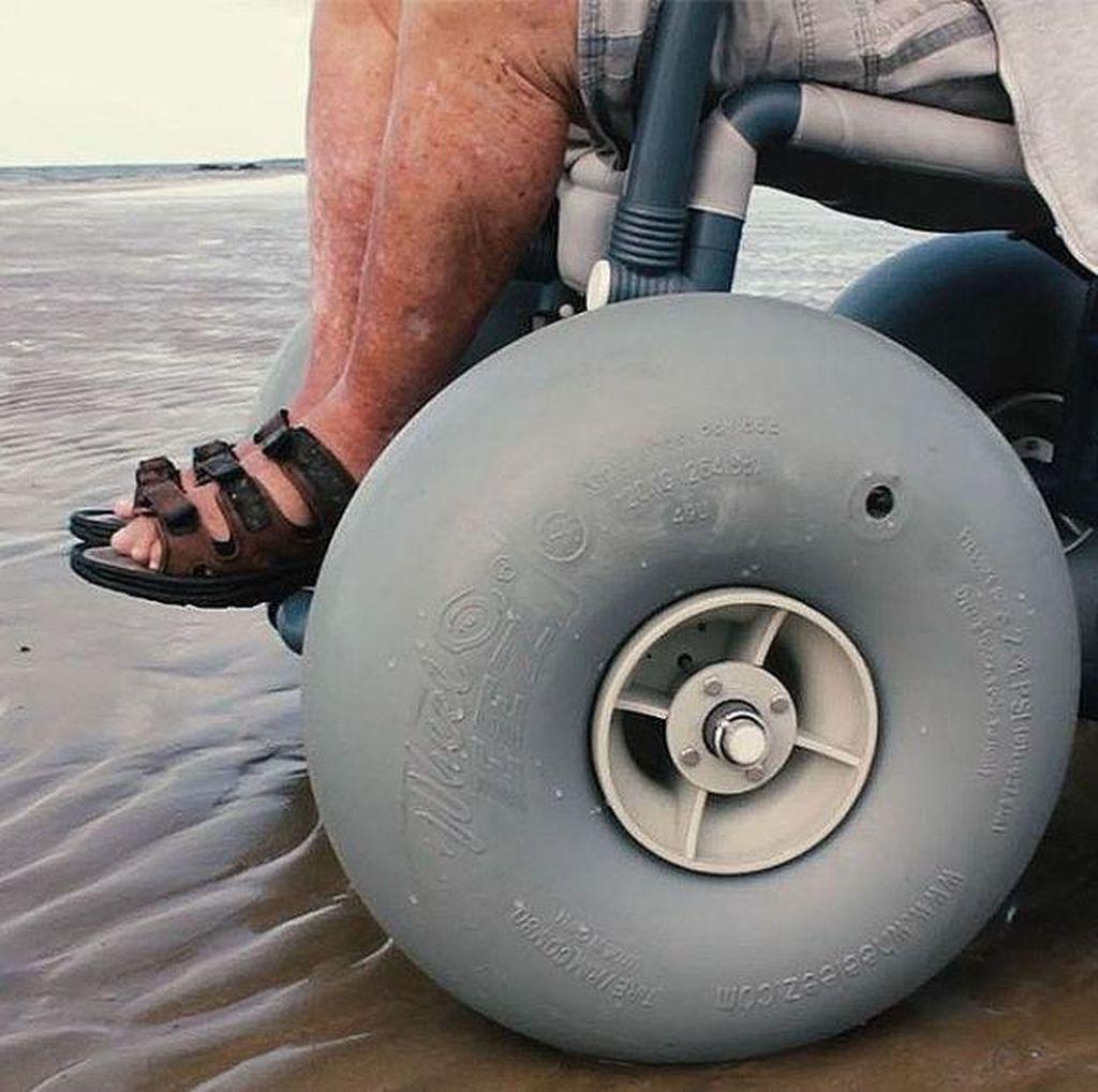 Wah, Kursi Roda Ini Bisa Menggelinding di Basahnya Pasir Pantai