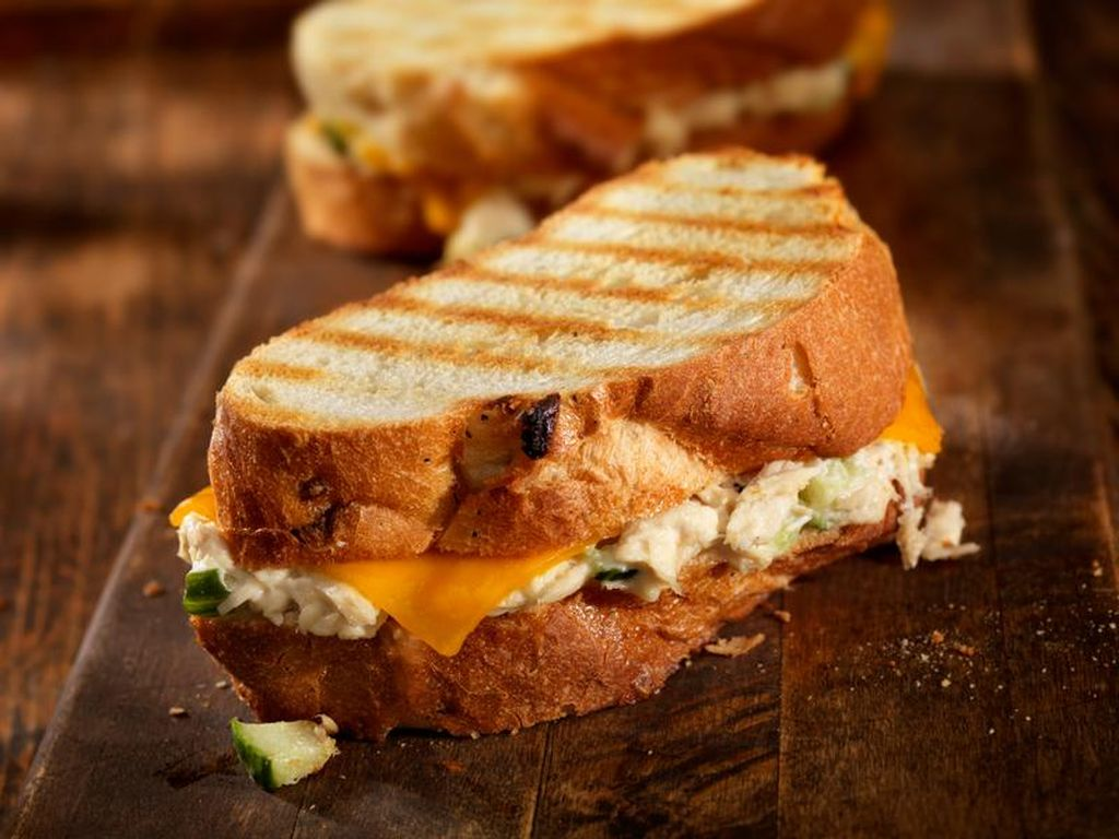 Daripada Beli, Buat Saja Sendiri Sandwich Tuna dengan Lelehan Keju