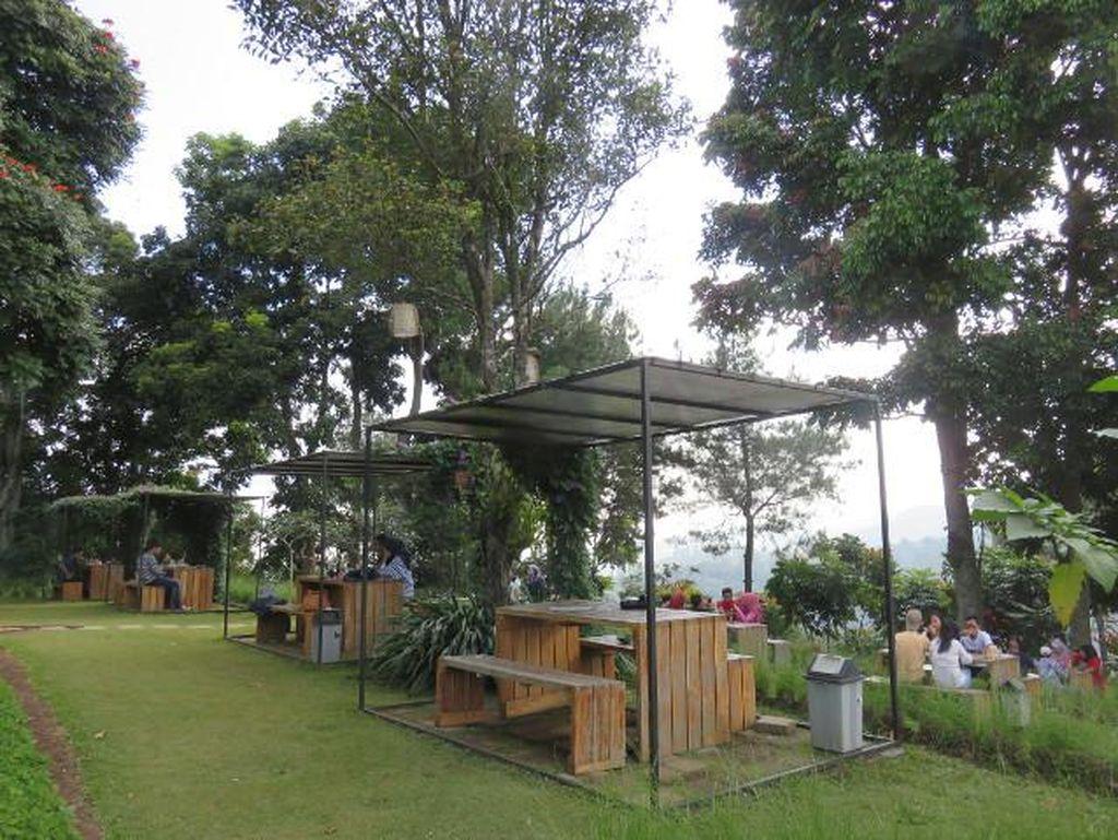 Ini 6 Tempat Makan di Bandung dengan Pemandangan Alam yang Cantik!