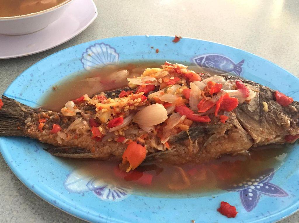 Haji Awi: Aduh Enaknye! Makan Pecak Ikan Mas dan Sop Daging di Warung Betawi