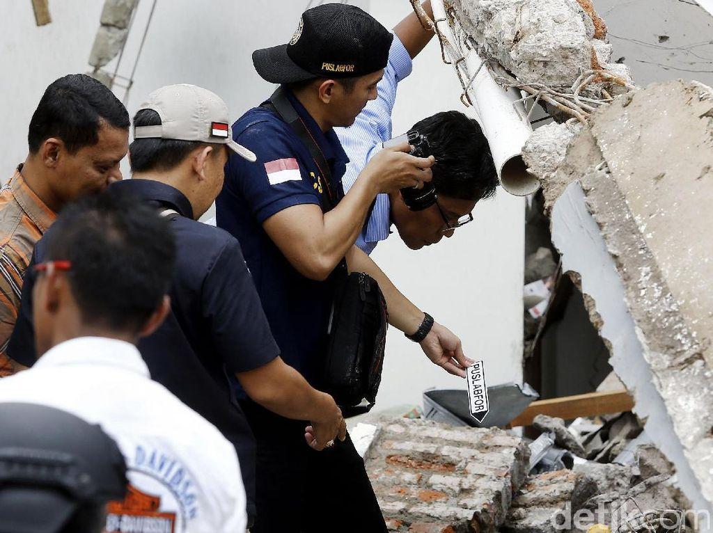 Polisi Cek Tabung Gas di TKP Ledakan PHD