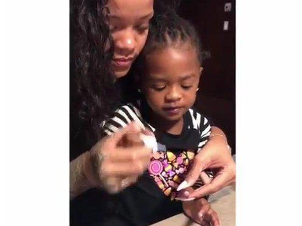 Momen Menggemaskan Rihanna yang Mengajarkan Keponakan Pakai Kuteks