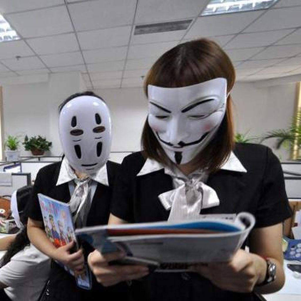 Pakai Topeng Seharian, Cara Pekerja di China Hindari Stres