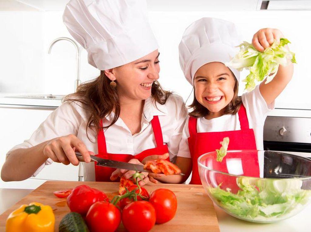 Ini Kata Psikolog Soal Manfaat Mengajak Anak Memasak Bersama