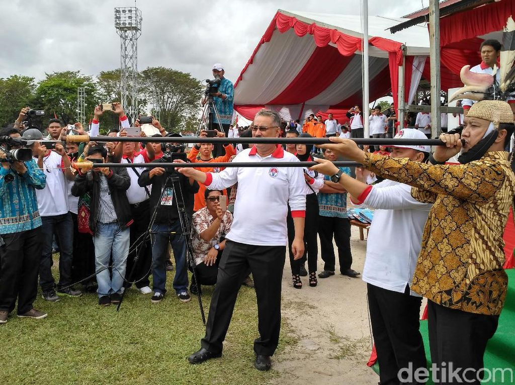 Ketika Menpora Menggunakan Senjata Khas Kalimantan