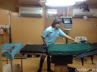 Kapal RSA dr Lie Dharmawan yang berlayar untuk bagian Indonesia Timur ini memiliki satu ruang operasi minor dan satu ruang untuk operasi mayor, yang dalam sehari bisa melakukan operasi sebanyak 15 kali. Sementara ruangan lainnya adalah ruang pasien, ruang resusitasi, dan ruang dokter. (Foto: Puti/detikHealth)