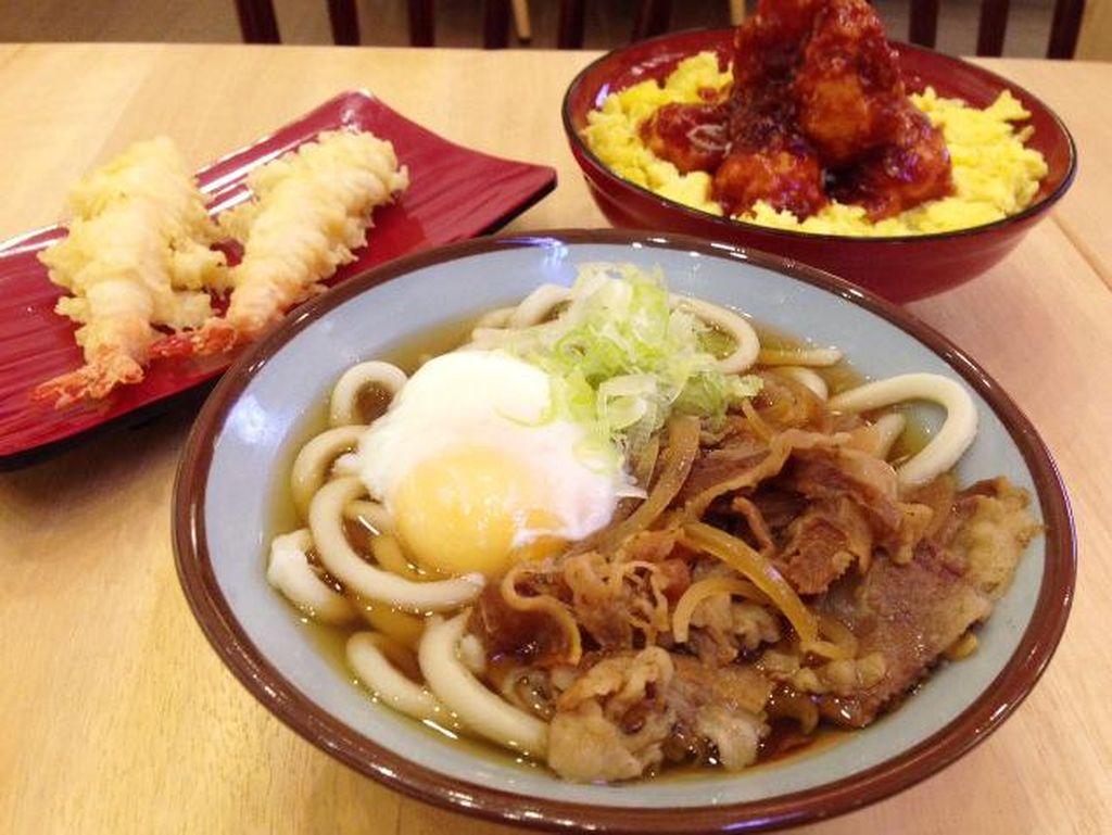 Sanukiseimen Mugimaru: Hangatkan Badan dengan Udon Lembut Bertopping Daging dan Onsen Tamago