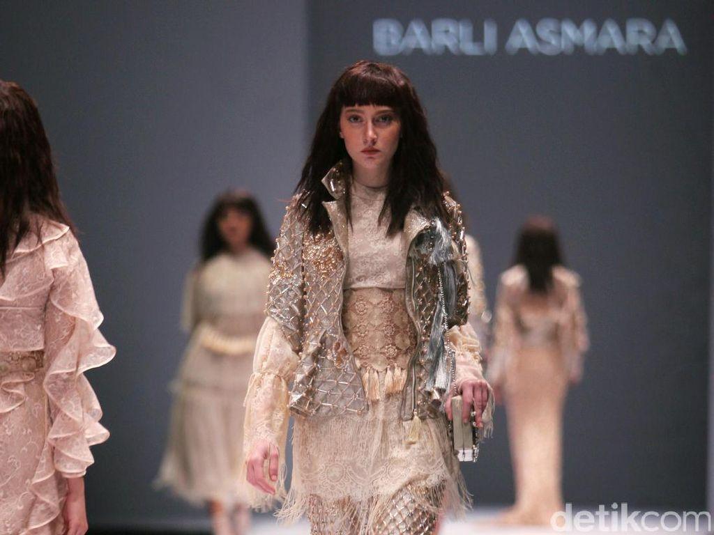 Foto: Koleksi Barli Asmara di Jakarta Fashion Week 2017
