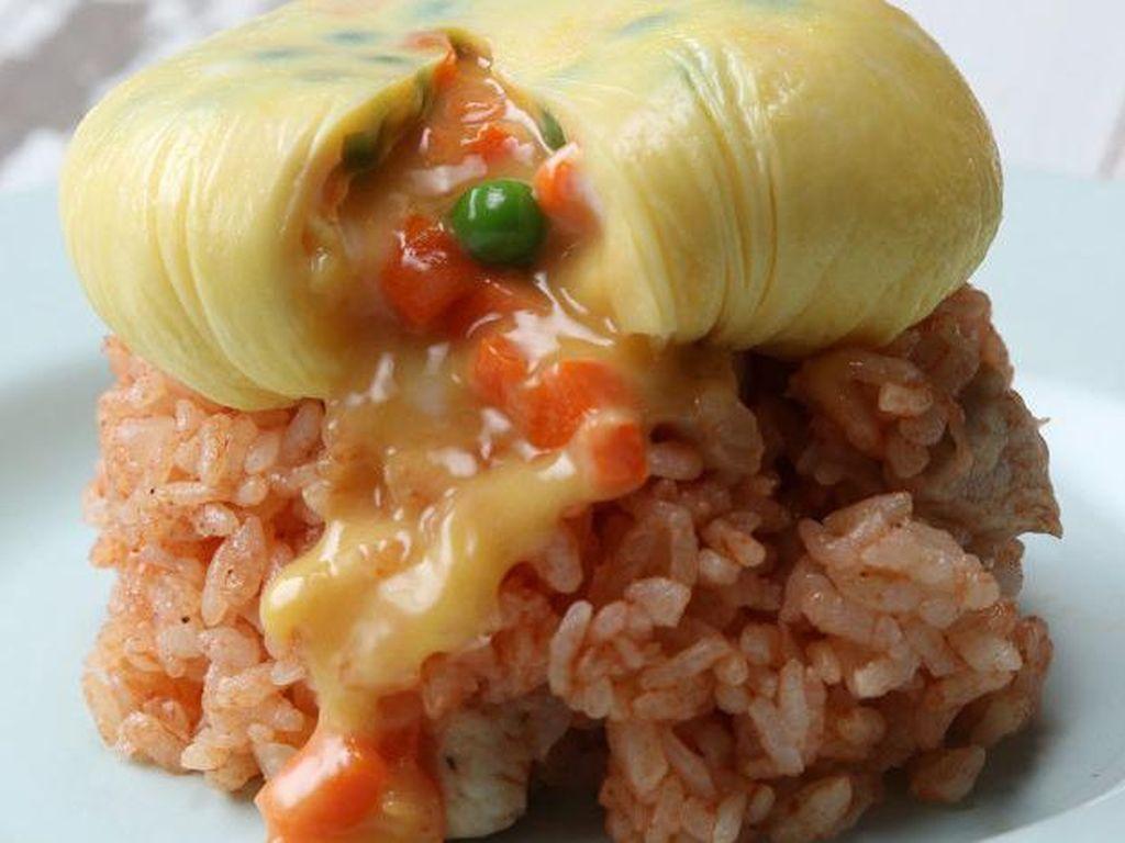 Nasi Goreng Gaya Jepang dengan Omelet Meleleh Bisa Dibuat dengan 5 Langkah Ini