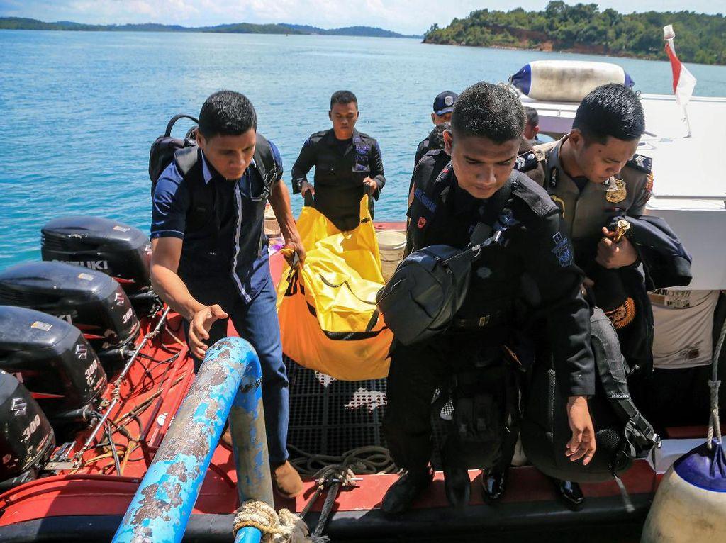 Polisi Evakuasi Potongan Tubuh Korban Jatuhnya Pesawat Polri