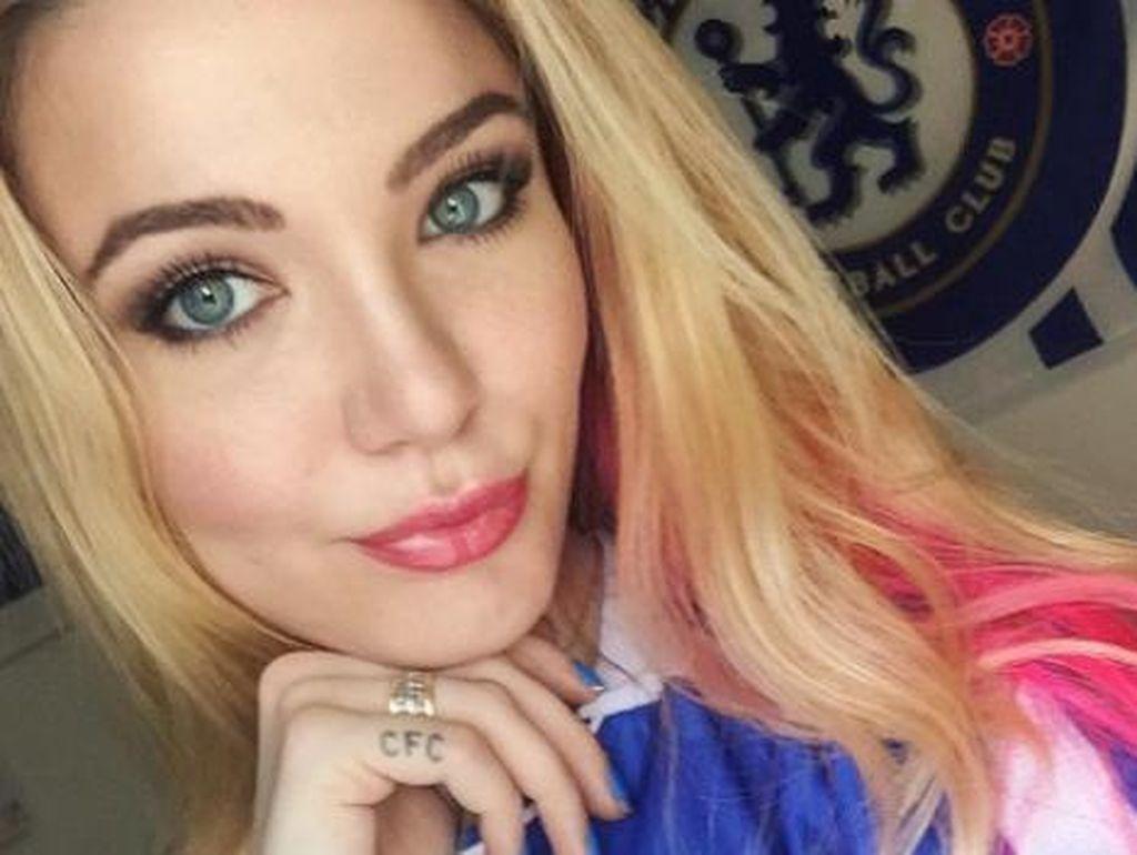 Emily, Si Cantik Seksi yang Nekat Nonton MU Berkostum Chelsea