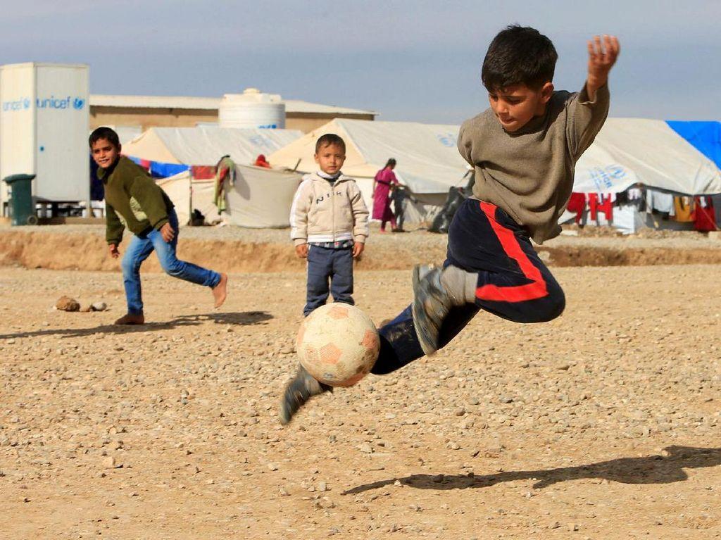 Anak-anak Pengungsi Irak Tetap Asyik Bermain