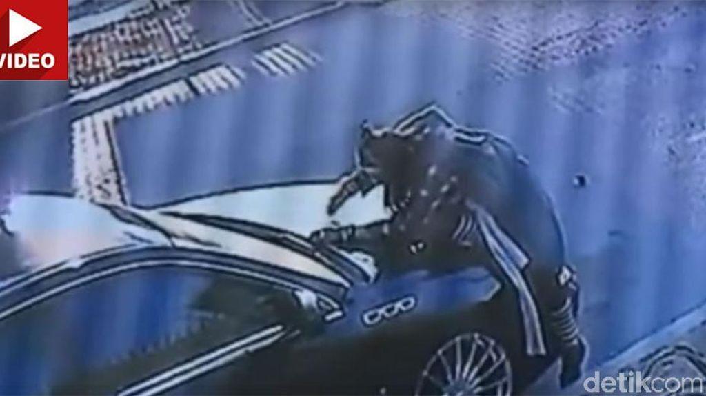 Tanpa Alasan, Seorang Wanita Habiskan 6 Jam untuk Merusak Mobil