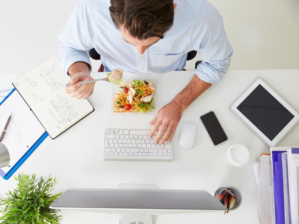 Ini Akibatnya Jika Makan Siang Sering Molor Akibat Keasyikan Kerja