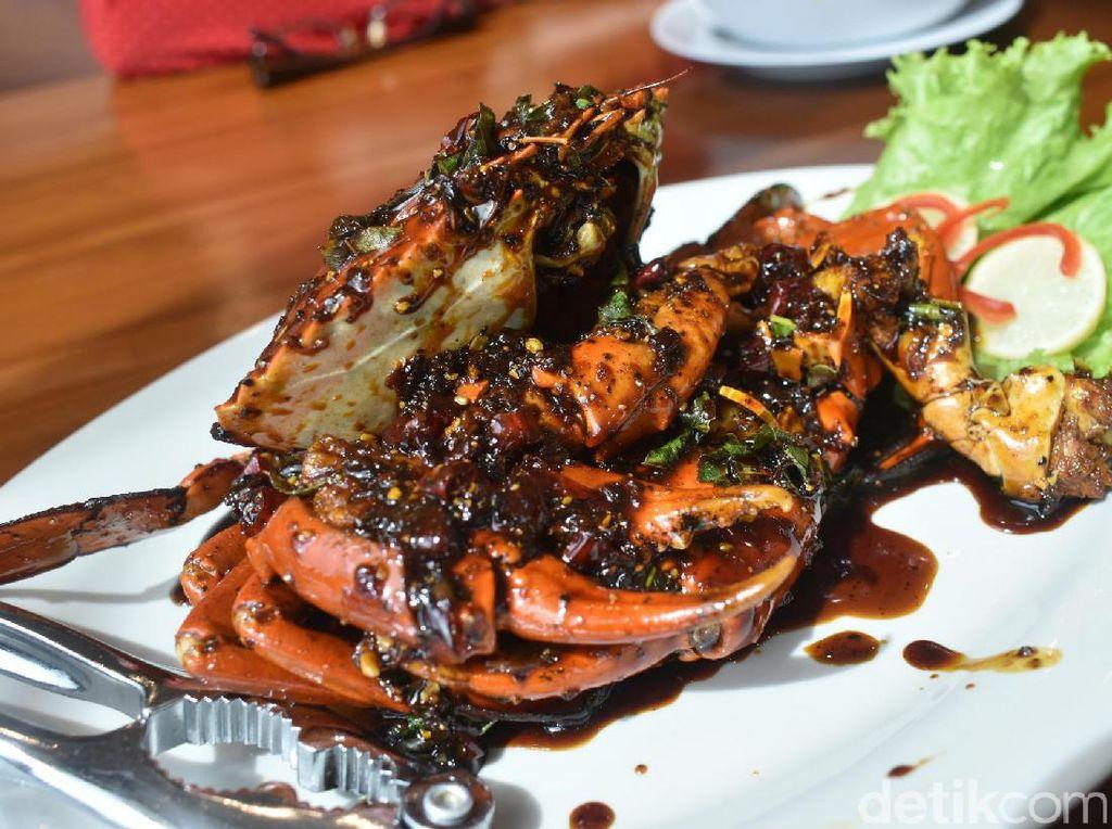 Ketagihan Makan Kepiting Berlumur Saus Lada Hitam