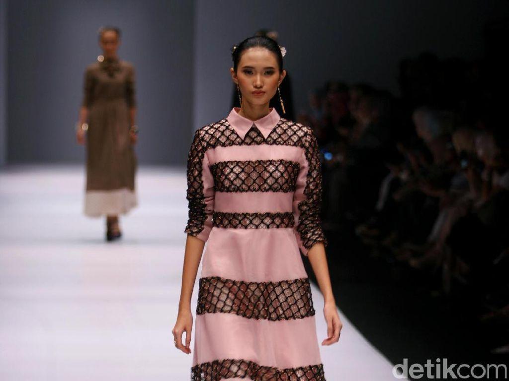 Foto: Koleksi Khanaan Shamlan di Jakarta Fashion Week 2017