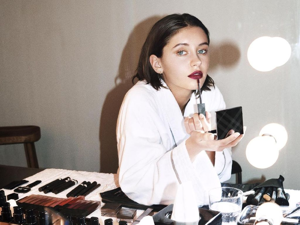 Cantiknya Putri Aktor Jude Law Jadi Model Iklan Lipstik Burberry