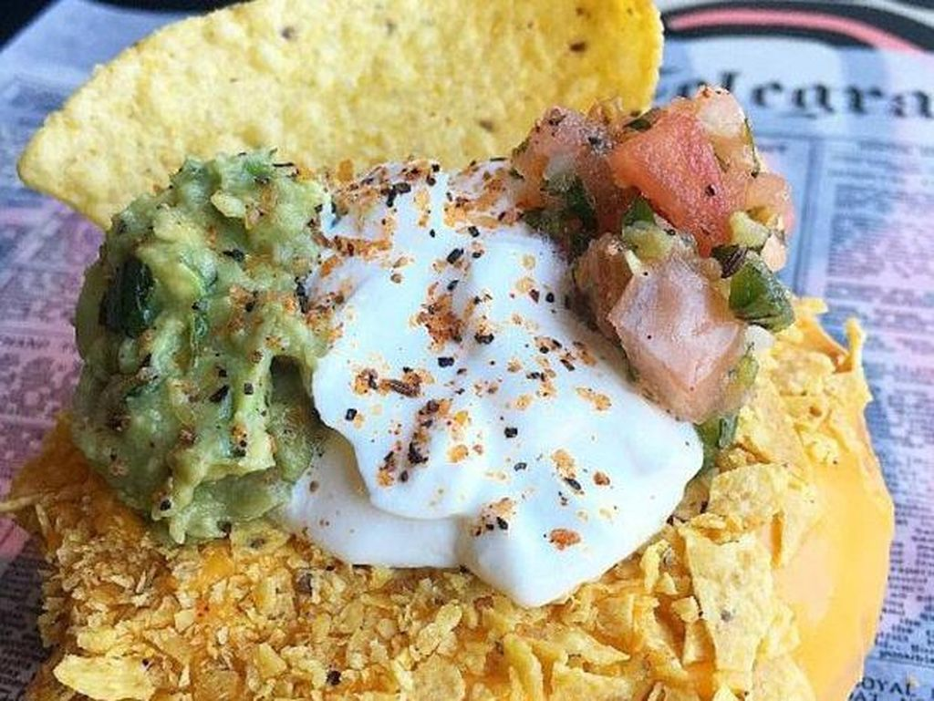 Yummy! Donat Nachos Ini Ditaburi Salsa dan Remahan Tortilla