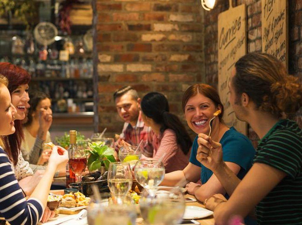 5 Hal Tak Sopan yang Sering Dilakukan Saat Makan Bersama